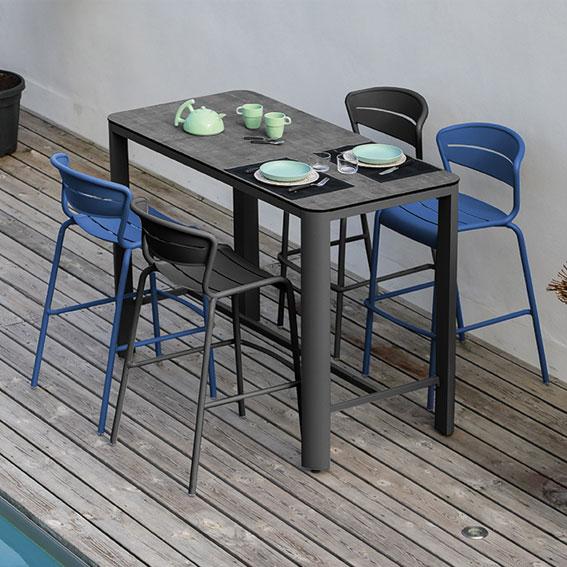 Table-haute-eole-assises-bleues-et-noires